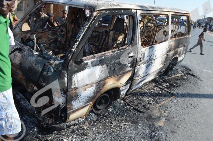 Sur la route Rumonge non loin du Petit Séminaire de Kanyosha, les manifestants ont brûlé un bus qui fonçait ©Iwacu