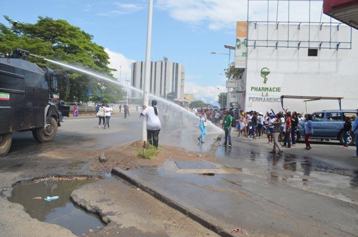 Les manifestantes en face de la place de l'indépendance sous les jets d'eau de la police ©Iwacu
