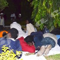 Ainsi passent la nuit les étudiants réfugiés devant l'ambassade des USA au Burundi ©Iwacu