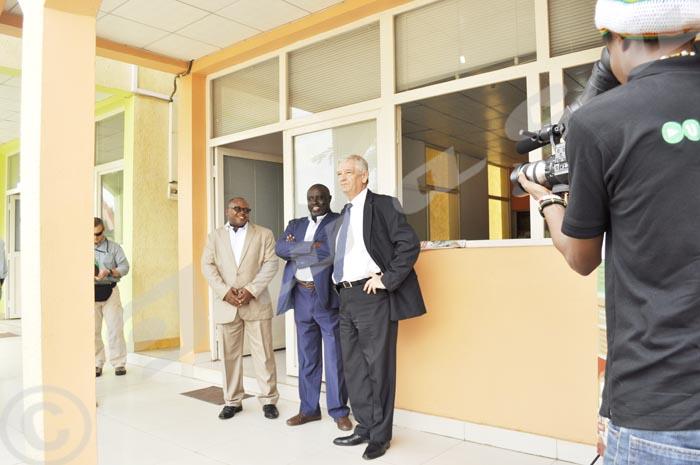 De gauche à droite, Léandre Sikuyavuga - redacteur en chef du Journal Iwacu, Antoine Kaburahe -Directeur des publications au journal Iwacu et Marc Gedopt - ambassadeur de Belgique au Burundi