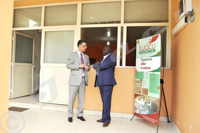 Directeur des publication échangeant avec l'ambassadeur de France au Burundi