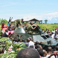 Des jeunes posant sur l'auto blindée ©Iwacu