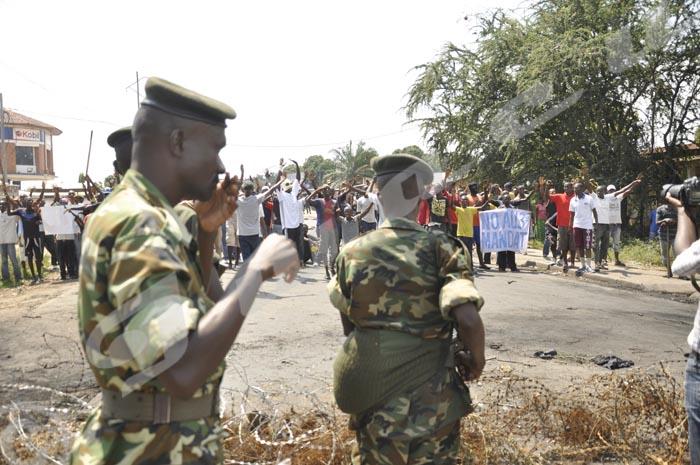 Les manifestants de Cibitoke-Mutakura face aux militaires à la 8ème avenue