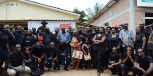 Des journalistes, avec un scotch noir sur la bouche posent dans la cour du Groupe de Presse Iwacu