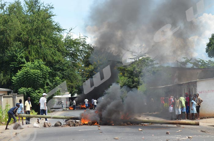 Pylone de Vietell servant de barricade en train de brûler à la rue Kanyoni (Ngagara) ©Iwacu