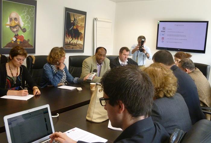 Ernest Sagaga, au micro d'une journaliste belge, évoque les dangers auxquels s'exposent les journalistes burundais dans l'exercice de leur métier. A ses côtés (droite), Pierre Martinot, de l'Institut Panos Europe, dressera un portrait d'un paysage médiatique burundais dominé par la radio.