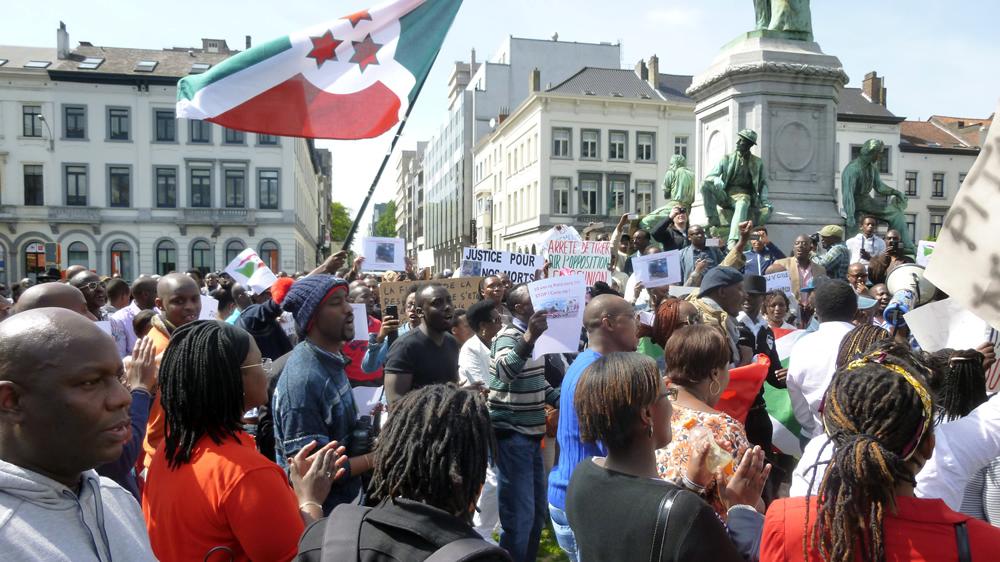 Les manifestants se réunissent pour écouter les orateurs.