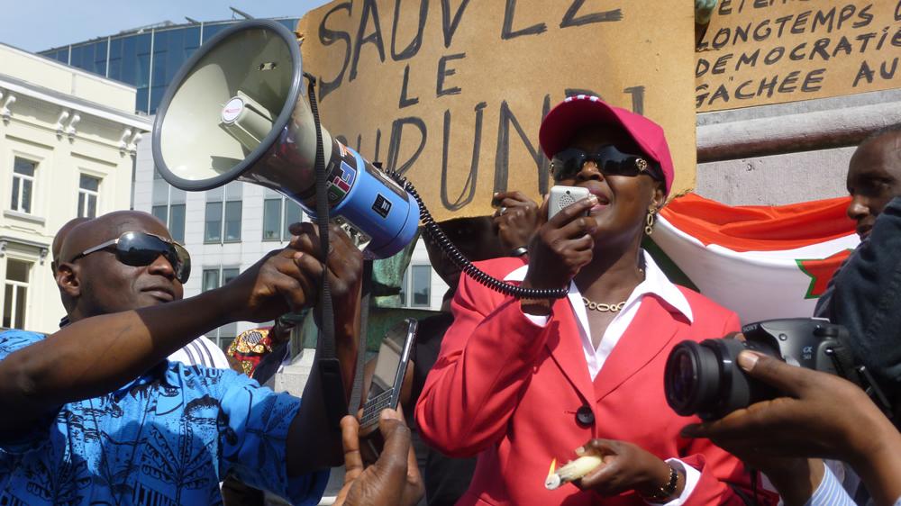 Alice Nzomukunda s'adresse aux manifestants.