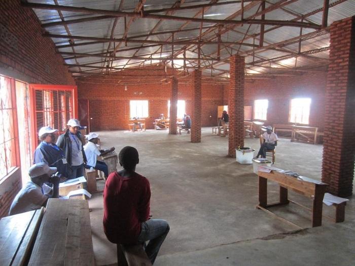 Au centre de vote du Lycée communal urbain de Gitega les  membres des bureaux de vote attendent les électeurs qui viennent à  compte-gouttes
