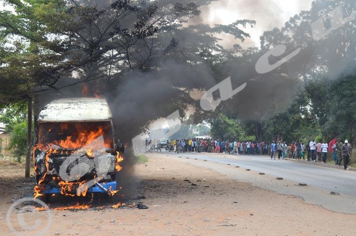 Bus brulé à Mutakura