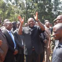 Le président de la République saluant la population au terrain  de foot du chef-lieu de la commune Giheta