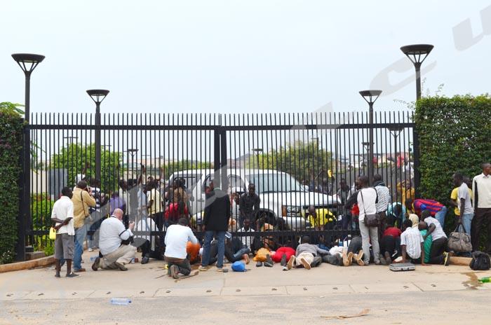 Fuyant les policiers, des étudiants penetrent à l'intérieur de l'ambassade en passant en dessous du portail