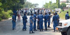 Les policiers empechent les manifestants de passer