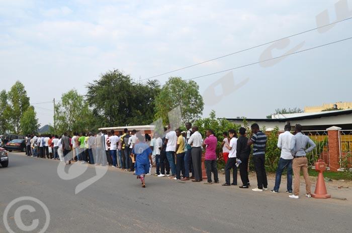 Lundi 22 juin - Depuis très tôt le matin, des demandeurs de papiers forment une file au bureau de la PAFE ©Iwacu