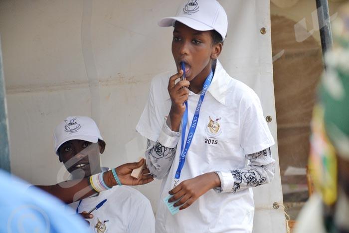Une jeune fille présidente d'un bureau de vote au terrain de football du camp Muha