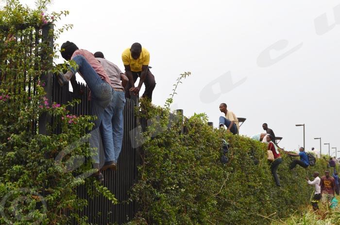 Des étudiants escaladent la clôture de l'ambassade pour pénétrer a l'intérieur