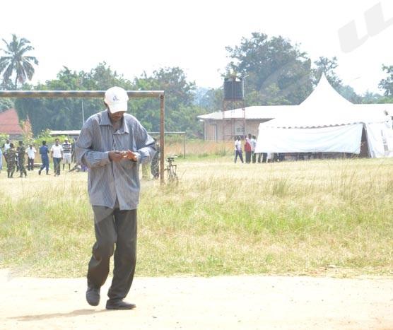 Un électeur venant d'effacer l'encre