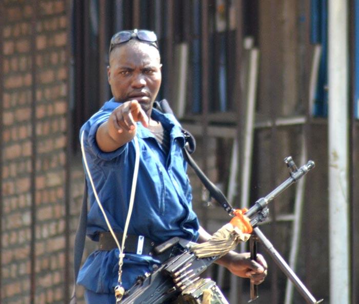 Ce policier faisait des menaces de mort aux journalistes d'Iwacu. Il est allé même jusqu'à donner des coups à l'un d'eux pour les empêcher de travailler.