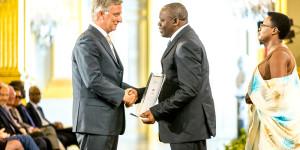 Le Roi Philippe de Belgique a remis le Prix Roi Baudouin à Déogratias Niyonkuru. Photo : Frank Toussaint