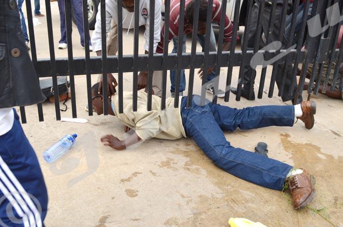 Un étudiant pénètre difficilement a l'intérieur de l'ambassade des États-Unis