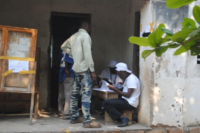 Des gens viennent au compte goutte au centre de vote situé au lycée islamique de Rumonge à 10 heures