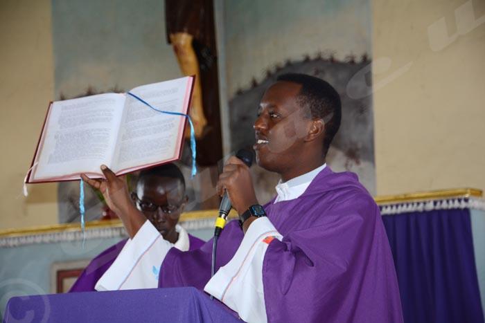 Mardi, 7 juillet 2015 - Enterrement de Panta Léon Hakizimana de Mutakura assassiné avec ses deux fils jumeaux. Le prêtre invite tout le monde ne pas rendre le mal au mal ©O.N/Iwacu