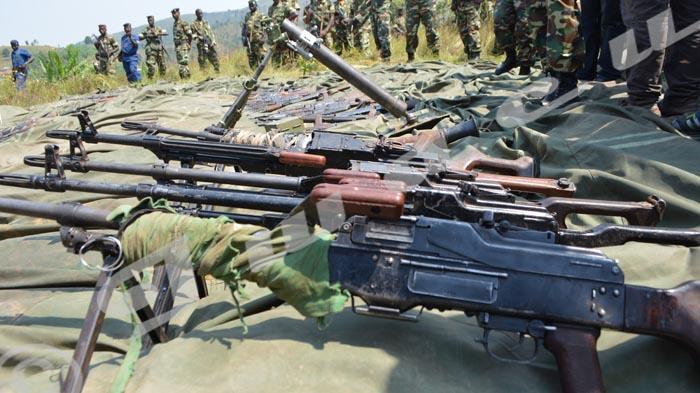 Mardi, 14 juillet 2015 - L'armée burundaise montre des armes saisies lors de l'attaque dans Kayanza et Cibitoke ©A.U/Iwacu