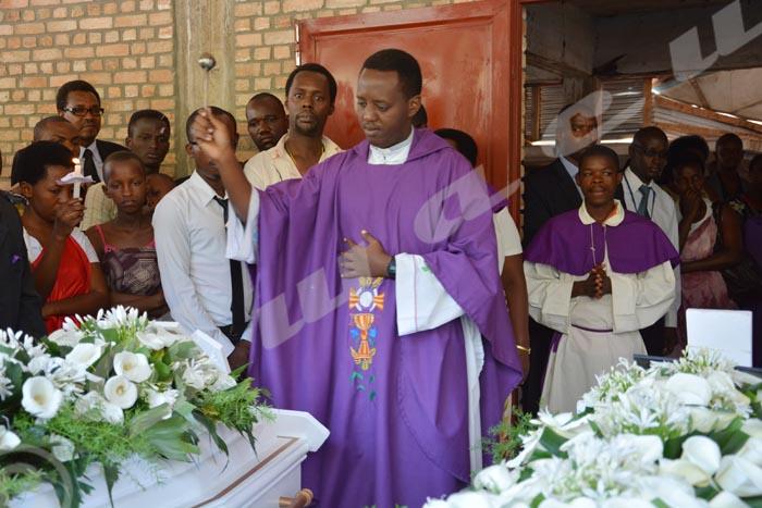Le prêtre a exhorté la famille et les amis des défunts à ne pas se venger en rendant le mal par le mal.