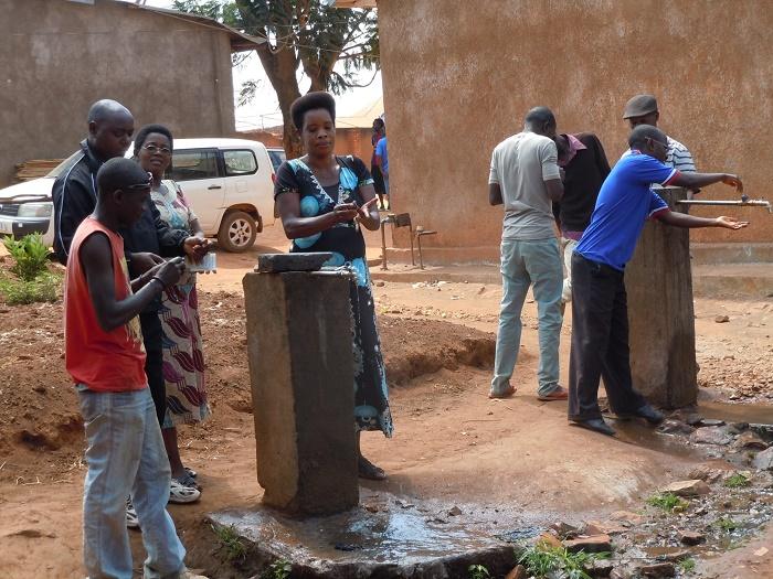 •A Magarama II, les électeurs essayant d'enlever l'encre indélébile