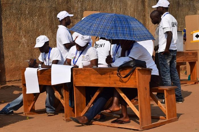 : sous un soleil de plomb, les membres du bureau de vote attendent les électeurs