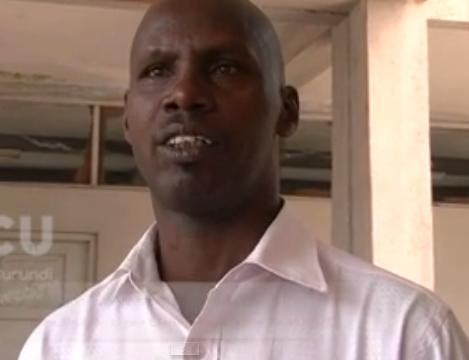 Le directeur Alphonse  Ndayizigiye constate impuissant l'état de délabrement des bâtiments  de l'ancien LCND