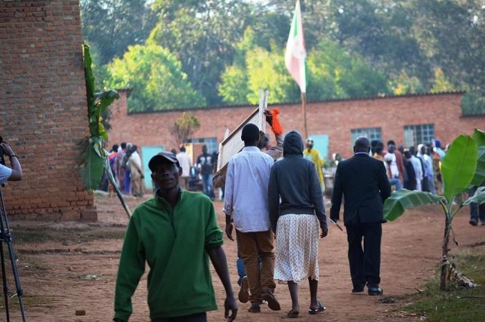 Les premiers électeurs à l'Ecofo Buye
