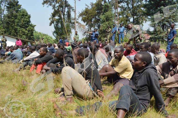 Les présumés combattants rassemblés au poste de police Bukinanyana ©A.U/Iwacu