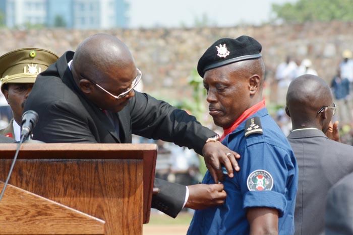 Le président de la République décorant Albert Bisaganya