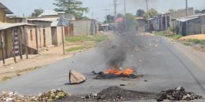 Des Barricades sur la route macadamisée qui traverse la commune Butere
