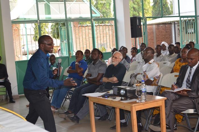 Les deux conférenciers Théo Tuyisabe (à gauche) et l'abbé Célestin Simbanduku défendant la réconciliation et la responsabilité des dirigeants