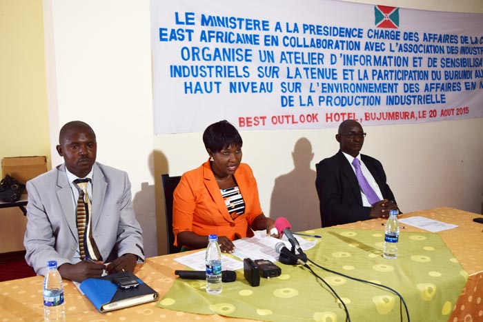 Au milieu, l'assistante de la ministre de la CEA animant l'atelier