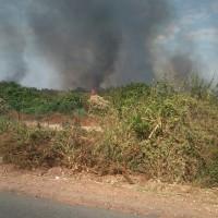 De longues colonnes de fumée et de flammes