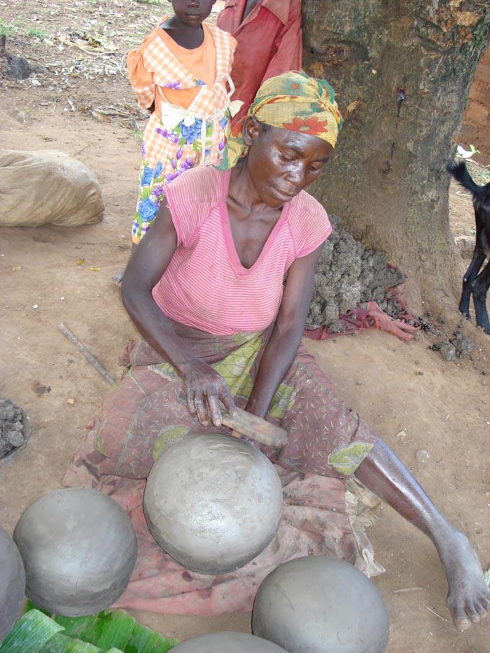 Une femme potière Twa. Les ustensiles en fer ou en plastic ont anéanti leur art.
