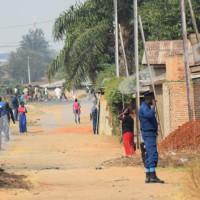 Lundi, 11 août 2015 - Au quartier Jabe de la commune urbaine de Bwiza, des policiers en sont faction à chaque coin de rue ©A.U/Iwacu