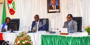 Le Bureau du sénat : de gauche à droite : Spès Caritas Njebarikanuye, Réverien Ndikuriyo et Anicet Niyongabo.