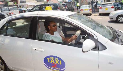 L'une des taxiwomen gare son taxi après avoir déposé un client