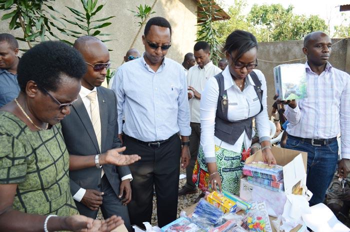 Christine Ntahe réceptionnant le don du Kit scolaire de la part des membres de Rotary club Bujumbura Kigobe 2012