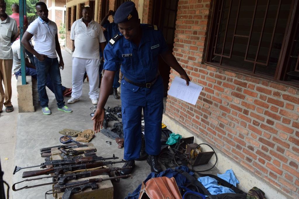 Pierre Nkurikiye, présentant les armes saisies