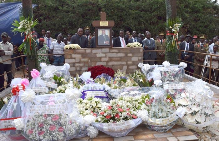 Des gerbes de fleurs sur la tombe du Lt. Col. Edouard Nzambimana