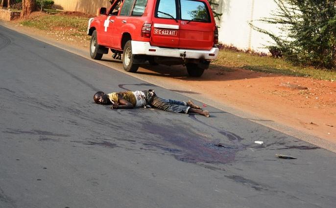 Le corps sans vie du jeune homme sur l'avenue Muyinga