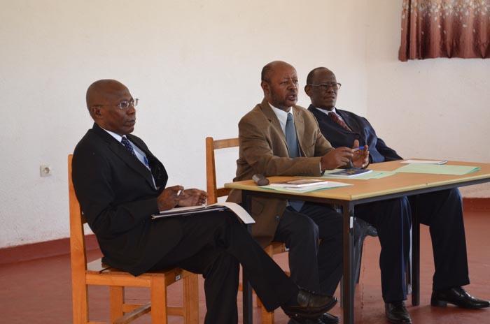 De gauche à droite : Frère Emmanuel Ntakarutimana, Léonidas Nijimbere (chef du projet Consolidation de la paix à ICB) et Augustin Nkengurutse, à l'évaluation du processus électoral de 2015