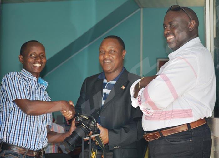 Mardi, Le président du CNC remettant un appareil photo et un badge du journaliste d'Iwacu Onesphore Nibigira (à gauche). Ce matériel avait été injustement confisqué par un policier de la garde présidentielle. Antoine Kaburahe, directeur des publications d'Iwacu