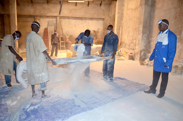 A l'intérieur de l'usine, les agents de production tamisent le carbonate de potassium devant le directeur général de Chalk Chain Enterprise. Cette dernière est située dans le quartier industriel, avenue Ruvyironza, n°687