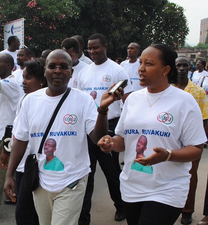 Alice Hakizimana répondant aux questions d'Esdras Ndikumana de RFI lors d'une manifestation